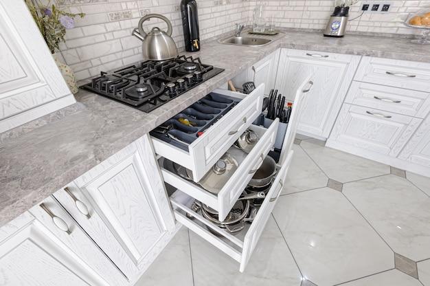 Moderner weißer hölzerner kücheninnenraum Premium Fotos