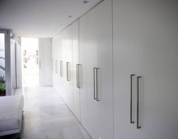 Moderner weißer langer korridorwandschrank, zeitgenössisch Premium Fotos
