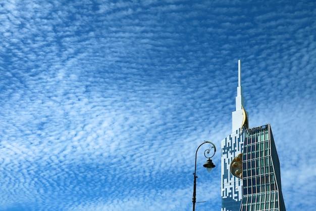 Moderner wolkenkratzer und straßenbeleuchtung gegen sunny blue sky mit cirrocumulus-wolken, batumi, georgia Premium Fotos