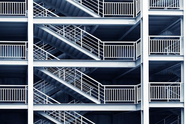 Modernes abstraktes innenfragment mit den stahlgeländern und treppe hergestellt vom glas Premium Fotos