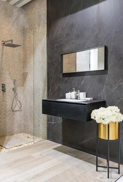 Modernes badezimmer interieur mit weißen wänden, eine duschkabine mit glaswand, eine toilette und wasserhahn waschbecken Premium Fotos