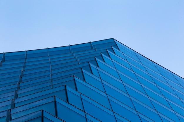Modernes blaues gebäudedesign des niedrigen winkels Kostenlose Fotos