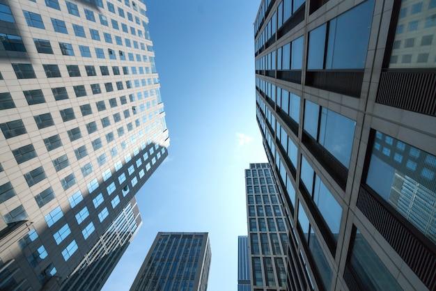Modernes bürohaus oben schauen Premium Fotos