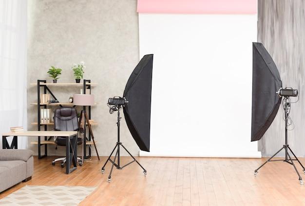 Modernes fotostudio mit lichtern und hintergrund Kostenlose Fotos