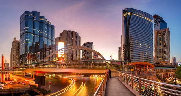 Modernes gebäude in der nacht. verkehr im geschäftsviertel die skytrain-station chong nonsi Premium Fotos