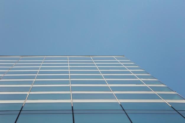 Modernes glasgebäude mit niedrigem winkel Kostenlose Fotos