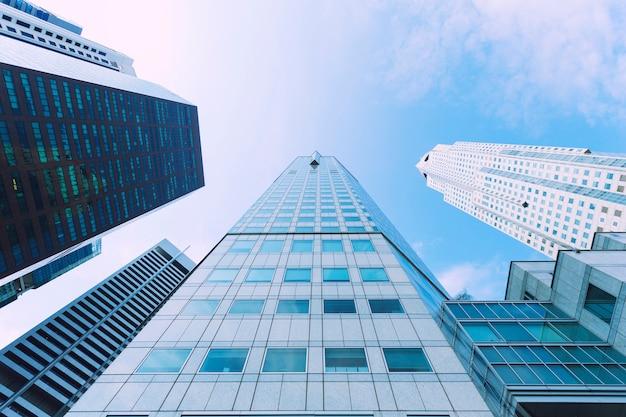 Modernes hohes gebäude im geschäftsstadtzentrum mit blauem himmel. Premium Fotos