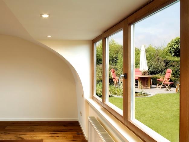 Modernes interieur mit holzboden und esstisch mit stühlen Premium Fotos