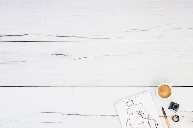 Modernes künstlerkonzept mit notizbuch und pinsel Kostenlose Fotos