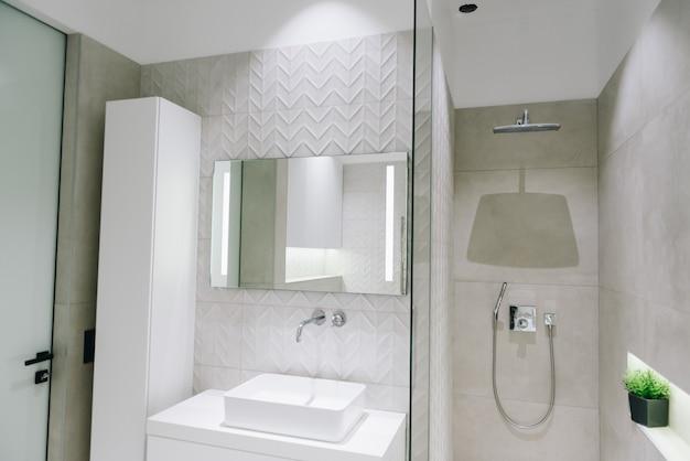 Modernes luxus-badezimmer-interieur, schönes minimalistisches design mit dusche, waschbecken und spiegel Premium Fotos