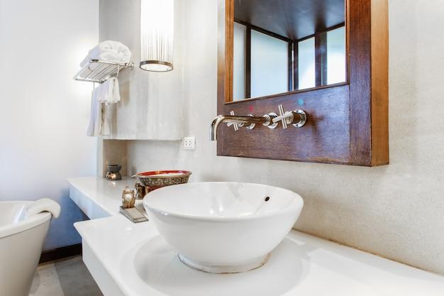 Modernes marmorwaschbecken in einer toilette Premium Fotos