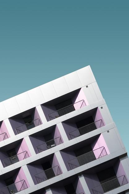Modernes metallgebäude unter dem blauen himmel Kostenlose Fotos
