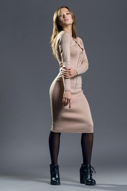 Modernes porträt des stilvollen mädchens im strickkleid Premium Fotos