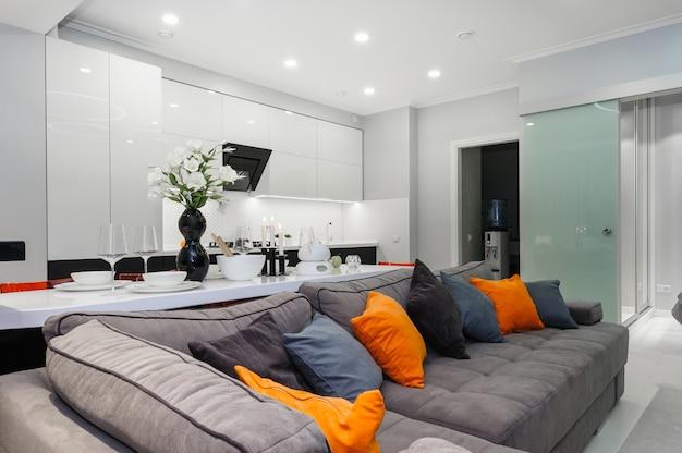 Modernes weißes lebendes studio mit schlafzimmertüren öffnen sich Premium Fotos