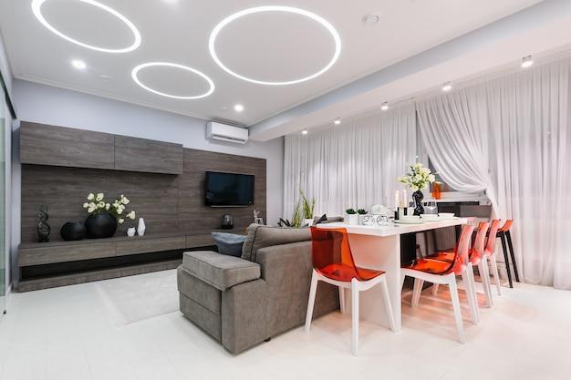 Modernes weißes wohnzimmer mit speisetische Premium Fotos