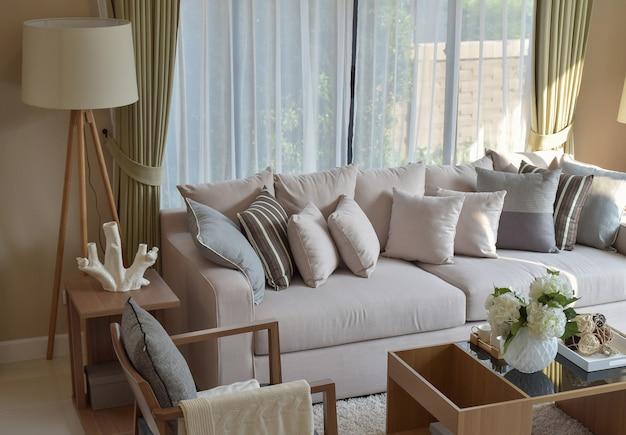 Modernes wohnzimmer mit sofa und hölzerner lampe zu hause Premium Fotos