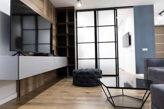 Modernes wohnzimmerdesign mit einem fernsehapparat Kostenlose Fotos
