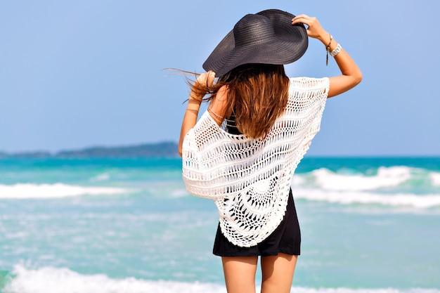 Modesommerbild der frau, die zurück aufwirft, nahe blauem meerwasser, schöner sonniger sommertag, entspannendes ende genießen freiheit, freude, glück, helle farben Kostenlose Fotos