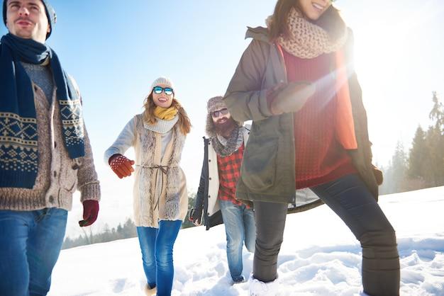 Modische freunde im winter Kostenlose Fotos