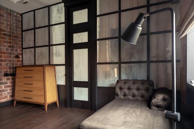 Modische moderne innenarchitektur des wohnzimmers mit glastrennwand in der ebene Premium Fotos