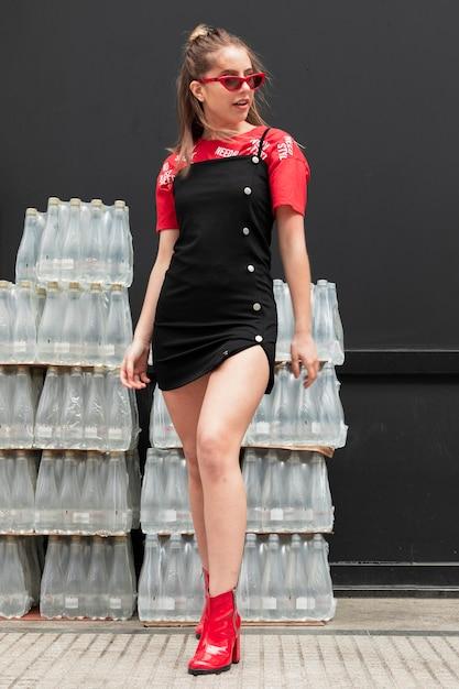 Modische weibliche aufstellung des niedrigen winkels Kostenlose Fotos