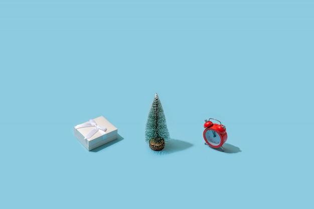 Modischer weihnachtsplan gemacht mit verschiedenem winter auf blauer oberfläche. minimales weihnachtskonzept. Premium Fotos