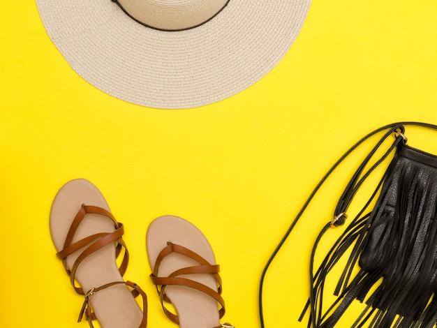 Modisches konzept. damen strandhut, handtasche, sandalen Premium Fotos