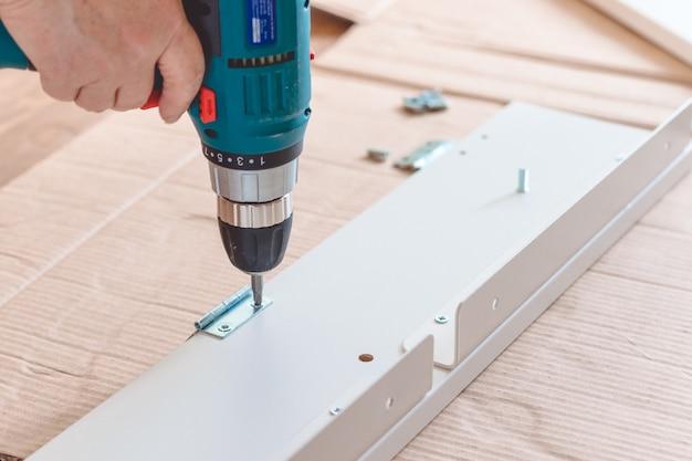 Möbelmontageteile und werkzeuge für selbstmontagemöbel auf dem boden. Premium Fotos