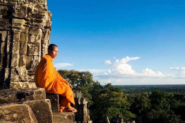 Mönch bei angkor wat, siem reap, kambodscha Premium Fotos