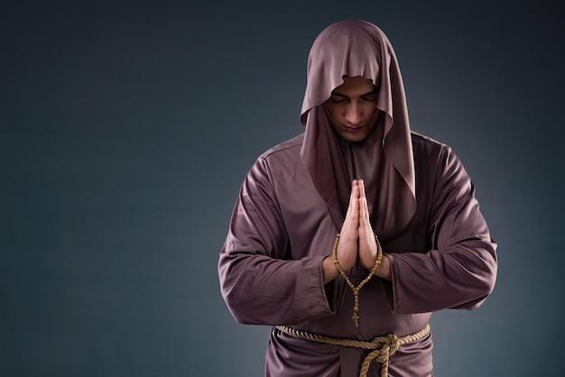 Mönch im religiösen konzept auf grauem hintergrund Premium Fotos