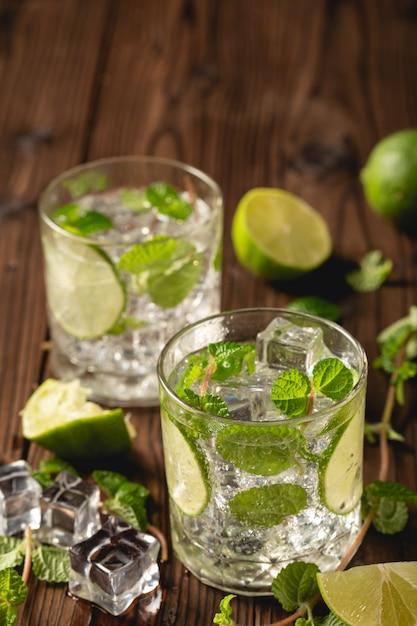 Mojito-cocktail auf holztisch. Kostenlose Fotos
