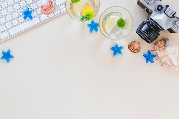 Mojito-cocktails in gläsern mit kamera und muscheln Kostenlose Fotos