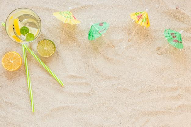 Mojito-cocktails in gläsern mit sonnenschirmen Kostenlose Fotos