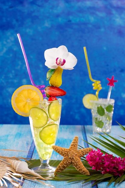 Mojito- und zitronenkalk-cocktails im tropischen blauen holz Premium Fotos