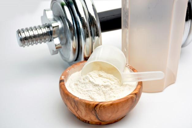 Molkeprotein geschmack vanille mit hantel Premium Fotos