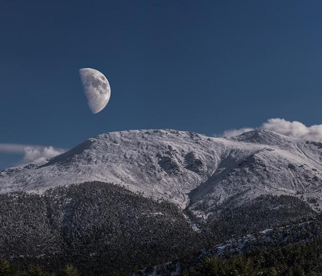 Mond auf den bergen Premium Fotos