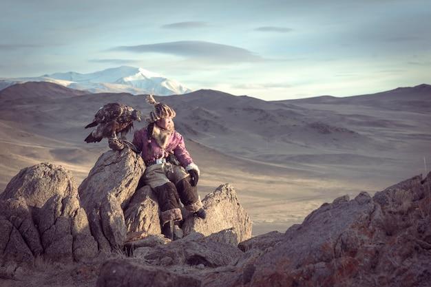 Mongolei, china - 27. oktober 2016: jäger des mongolischen adlers bereiten sich vor. um den adler jeden morgen zu vertreiben. mongolei, china. Premium Fotos