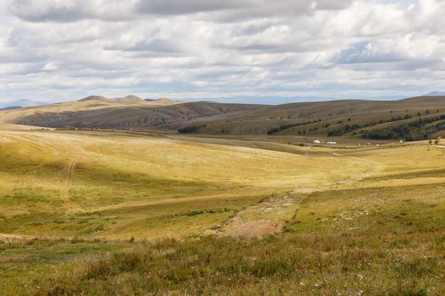 Mongolische steppe mit wiese Premium Fotos
