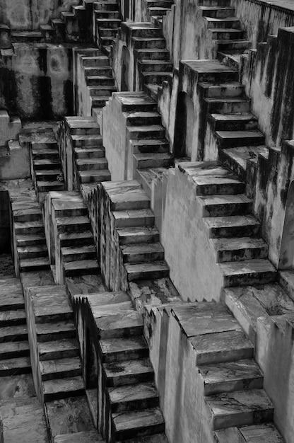 Monochrome stufenbrunnen Kostenlose Fotos
