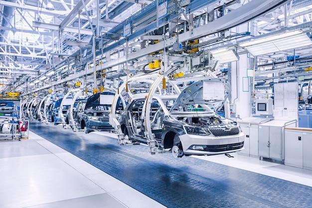 Montage von autos auf förderstrecke im autowerk Premium Fotos