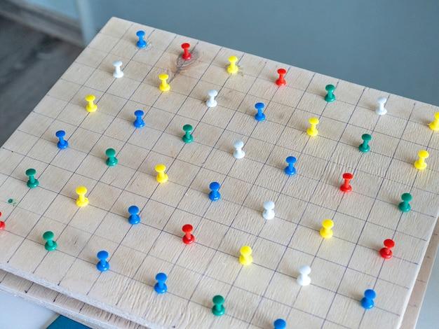Montessori-holzmaterial für das mathematiklernen von kindern in der schule Premium Fotos