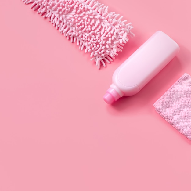 Mop, lappen und waschmittel pink für den frühjahrsputz. copyspace Premium Fotos