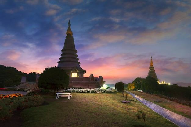 Morgen am top berg. zwei pagoden chiangmai thailand Premium Fotos