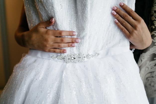 Morgen der braut, wenn sie ein schönes kleid trägt Kostenlose Fotos