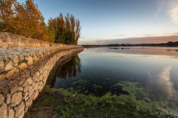 Morgendämmerung im naturgebiet der barruecos. extremadura. spanien. Premium Fotos