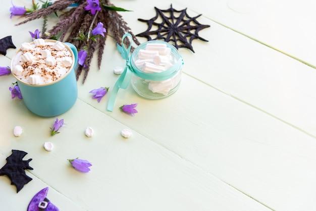 Morgenfeiertagskaffee für halloween mit marshmallows. kopierbereich der draufsicht Premium Fotos