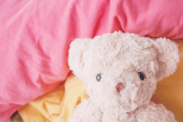 Morgenfrisch liegt der teddybär auf dem bett, er fühlt sich erfrischt und voll. Premium Fotos