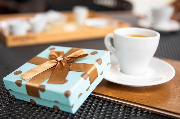 Morgengeschenk mit einer tasse kaffee Kostenlose Fotos