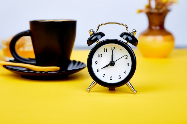 Morgenkaffee, müsli-frühstück, wecker Premium Fotos