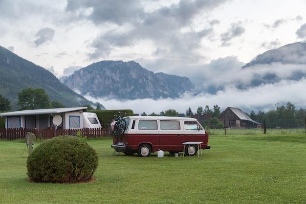 Morgenlandschaft mit einem kampieren in den bergen Premium Fotos